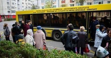 GALERIE FOTO / Panică printre călătorii unui autobuz RATC! UȘA AUTOVEHICULULUI S-A RUPT ÎN TIMPUL MERSULUI