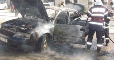 Mașină în flăcări, la Casa de Cultură din Constanța