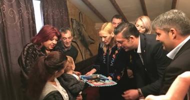 IMAGINI EMOŢIONANTE / Şeful CJ Constanţa a tăiat moţul băiatului născut anul trecut în şenilată