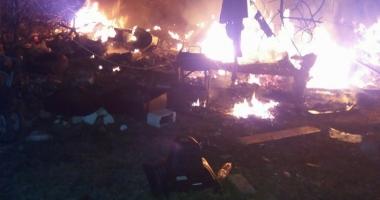GALERIE FOTO / Incendiu la o casă din Eforie Nord. Pompierii intervin cu mai multe autospeciale