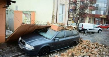 GALERIE FOTO / Un perete de cărămidă s-a prăbușit peste o mașină, în municipiul Constanța
