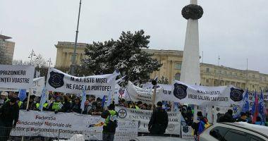 GALERIE FOTO / Protest masiv la Ministerul de Interne: Poliţiştii şi angajaţii din penitenciare au ieşit în stradă