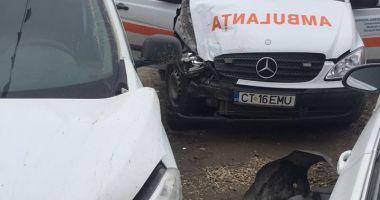 UPDATE. GALERIE FOTO - VIDEO / Ambulanţă în misiune, lovită de un autoturism. O asistentă a ajuns la spital