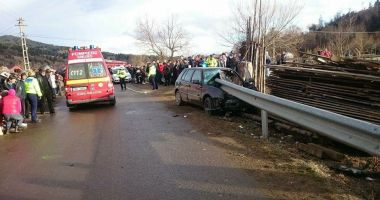 TRAGEDIE RUTIERĂ! Un tânăr a murit, după ce maşina în care se afla a intrat într-un parapet