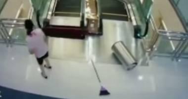 Atenţie! Imagini şocante! Omorâtă de scara rulantă, nu înainte de a-şi salva fiul