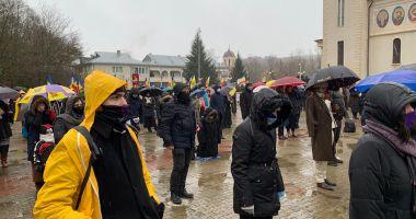 """PELERINAJ la Mănăstirea """"Sf. Andrei"""". Zeci de participanți la slujbă, FILTRE DE POLIȚIE ȘI JANDARMI la tot pasul!"""