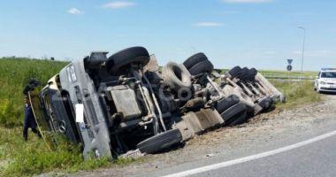 Trafic îngreunat pe autostradă! Şoferul unui autocamion a adormit şi s-a răsturnat