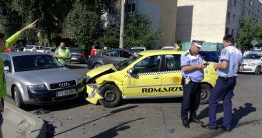 GALERIE FOTO / Accident rutier la intersecţia străzilor Bucureşti şi Oborului. Trei autoturisme implicate