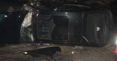 GALERIE FOTO / BMW izbit în copaci, după ce şoferul a pierdut controlul volanului în curbă