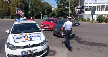 GALERIE FOTO / ACCIDENT RUTIER în zona Gării CFR. Două autoturisme au fost avariate