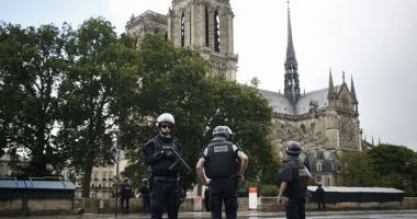 ATAC LA NOTRE DAME DIN PARIS / Un poliţist a fost rănit. Cel puţin o mie de persoane se aflau în interiorul catedralei