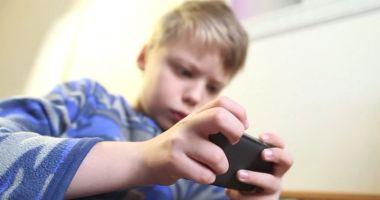 Părinţi, atenţie la jocurile pe telefon! Un copil a cumpărat