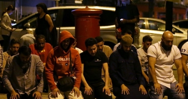 ATENTAT LONDRA / IMAGINE IMPRESIONANTĂ / Musulmanii se roagă în genunchi, în Finsbury Park