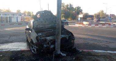 Galerie foto. Maşină cuprinsă de flăcări, după ce s-a izbit în stâlp! Şoferul, băut!