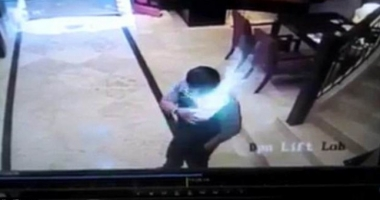 Momentul şocant în care un telefon explodează în buzunarul unui bărbat! A fost cuprins de FLĂCĂRI