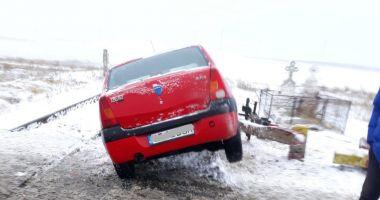 GALERIE FOTO. Maşină lovită de tren, în judeţul Constanţa. Victima, o femeie - update