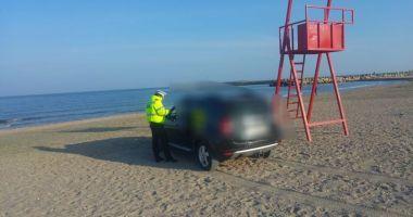Galerie foto! Amendă usturătoare, pentru un şofer prins cu maşina pe plaja Trei Papuci