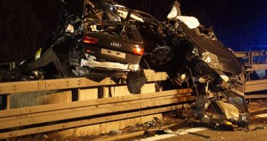 TRAGEDIE PE AUTOSTRADĂ, după ce o maşină s-a încolăcit de stâlp, la peste 200 km/h