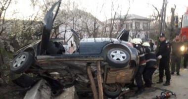 Mașină zdrobită, după ce s-a izbit într-un pod. Doi morți, inclusiv un copil de 4 ani