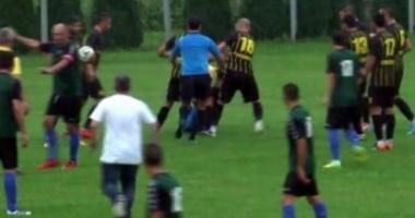 SCENE ŞOCANTE în fotbalul românesc. Femeie-arbitru, BĂTUTĂ cu bestialitate la un MECI