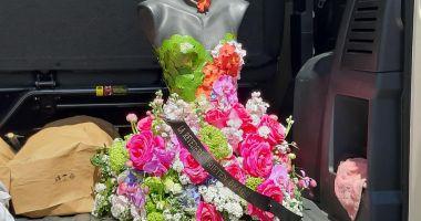 Coroană de flori, deosebită, la înmormântarea lui Răzvan Ciobanu