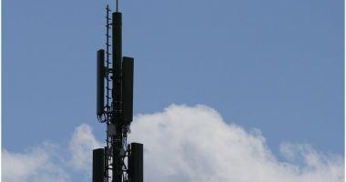 Doi călugări au incendiat o antenă 5G în Franța