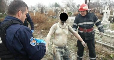 Un bărbat şi-a dat foc în cimitir după ce s-a certat cu nevasta şi a bătut-o cu ciocanul