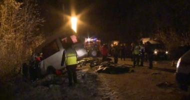 SCENE MACABRE! 15 MORŢI, după ce un camion s-a ciocnit cu un microbuz