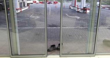 FOTO / Lecţie de bun-simţ! De teamă să nu facă mizerie, o bătrână s-a descălţat la intrarea în magazin