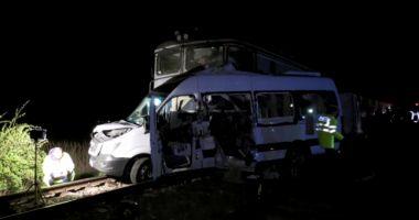 TRAGEDIE CU 4 MORŢI! Şoferul microbuzului lovit de tren, băut în momentul accidentului