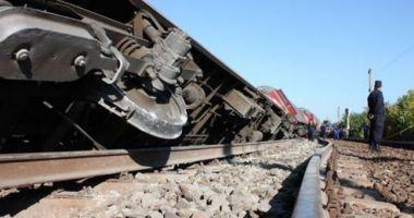 Tren cu 60 de călători deraiat! Mecanicul de locomotivă, rănit