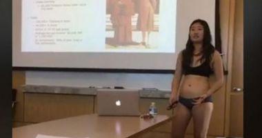 PROTEST INEDIT AL UNEI STUDENTE. S-a dezbrăcat în faţa clasei după ce un profesor a criticat-o pentru îmbrăcămintea inadecvată