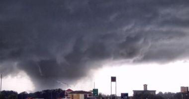 Furtunile continuă în SUA. Opt persoane au murit şi mai multe zeci sunt rănite
