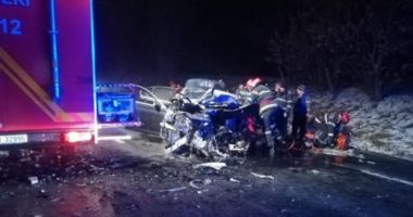 DEZASTRU PE ŞOSEA! Două autoturisme s-au ciocnit frontal, după ce un şofer a adormit la volan