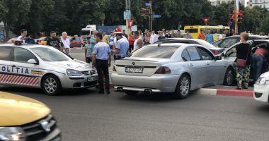 GALERIE FOTO / Ce o fi fost în mintea lui?! BMW suspendat pe bordură în față la City Parc