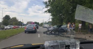 Galerie FOTO. Accident puternic între un BMW şi o dubă de marfă, pe bulevardul Mamaia