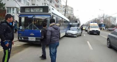 FOTO. Accident rutier în Constanţa. O ŞOFERIŢĂ S-A IZBIT ÎN DOUĂ AUTOBUZE, DUPĂ CE A LOVIT UN PIETON