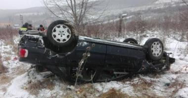 Patru victime, după ce maşina în care se aflau s-a răsturnat. Şoferiţa nu are permis!