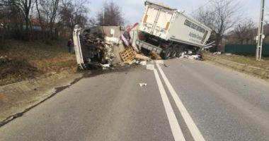 Două TIR-uri şi un camion s-au ciocnit violent. Un mort şi mai mulţi răniţi