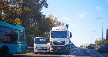 Accident rutier mai puţin obişnuit, pe bulevardul Aurel Vlaicu. Traficul este îngreunat!