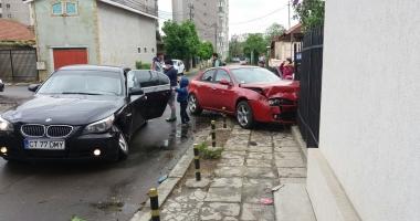 Accident pe strada Petre Papadopol, din Constan�a. Un �ofer a intrat �n gardul unei case