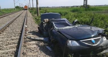 Accident cumplit, la trecerea de cale ferat�. O mașin�, strivit� de tren: 2 morți și un r�nit grav