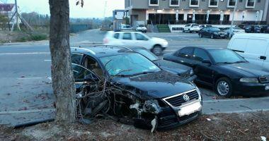 Accident grav la Constanţa. Un şofer băut a intrat cu maşina în copac şi în două maşini parcate