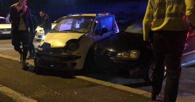 Două autoturisme lovite și o femeie vătămată în urma neatenției unui adolescent