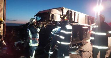 Accident grav pe A1! Un mort și 16 răniți grav după ce un microbuz a intrat într-un TIR