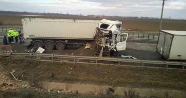 Grav accident rutier pe Autostrada Soarelui. Un mort  şi trei răniţi