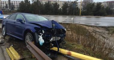 GALERIE FOTO CONSTANŢA / DAR CU STÂLPUL CE-AŢI AVUT? Un Ford nou nouţ, şifonat rău după un accident rutier