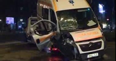 Ambulanţă în misiune, proiectată în stâlp de un bolid condus de un tânăr