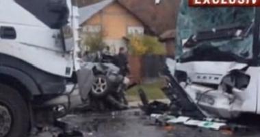 ACCIDENT în lanţ cu cinci vehicule: Carambol între un autocar cu pasageri, un autotren şi trei autoturisme