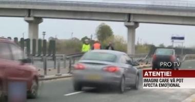 IMAGINI ŞOCANTE PE AUTOSTRADĂ! Angajat de la Drumuri, spulberat de o maşină în timp ce curăţa carosabilul după un accident